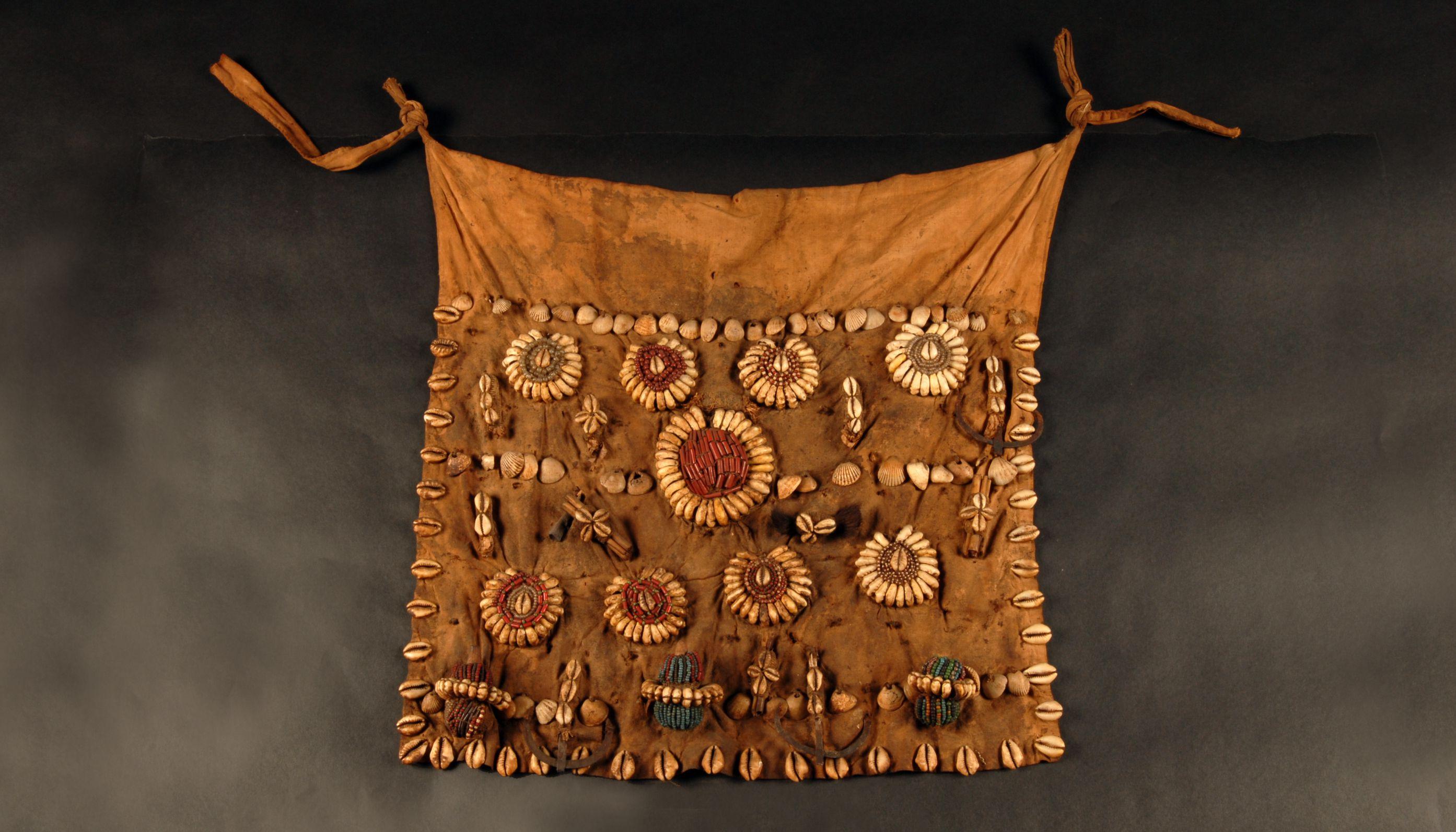 Pagne du Bénin, coton, coquillages, perles et calebasses, collections du muséum de Toulouse