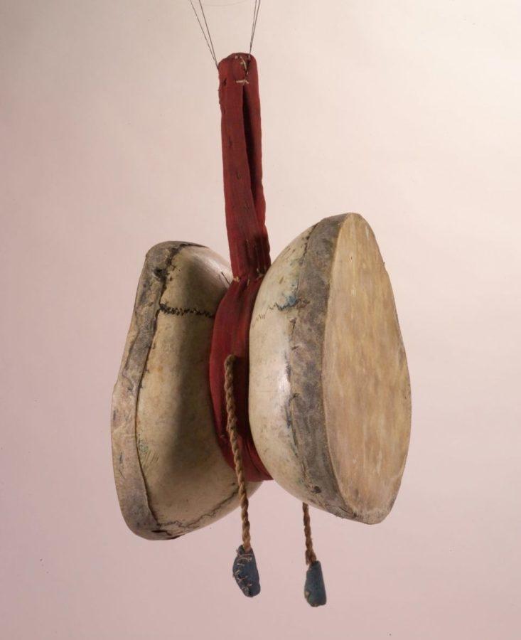 Tambourin tibétain fait de calottes crâniennes humaines, fibres végétales, peau et tissu, collections du muséum de Toulouse