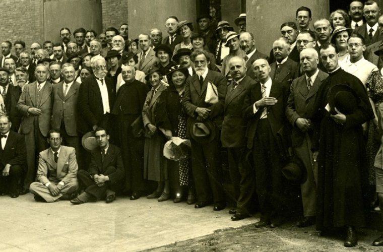 Devant l'entrée du muséum en 1936
