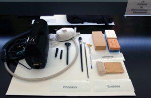 Pinceaux, brosses, gommes et aspirateur de conservation