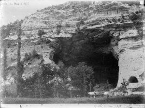 Photographie de l'entrée de la grotte, collections du muséum de Toulouse