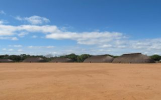 Vue de la place centrale du village de Tuatuari (Brésil) et sa disposition circulaire, collections du muséum de Toulouse