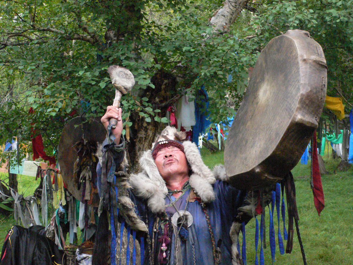 Chamane mongol jouant du tambour